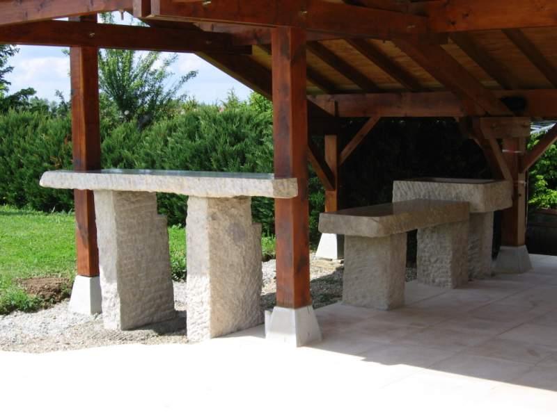 Cuisine d'été et bar de piscine en pierre taillé