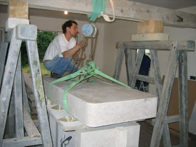 installation d 39 un vier en pierre dans une cuisine atelier de taille de pierre en bourgogne du sud. Black Bedroom Furniture Sets. Home Design Ideas