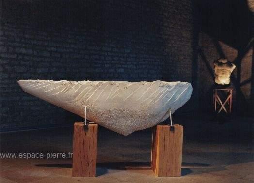 monument en pierre de taille - art moderne - socle bois